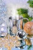 Decoraciones de la Navidad con una taza de café caliente Fotografía de archivo libre de regalías