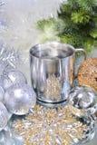 Decoraciones de la Navidad con una taza de café caliente Fotos de archivo