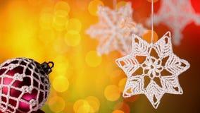 Decoraciones de la Navidad contra el centelleo de luces borrosas almacen de video