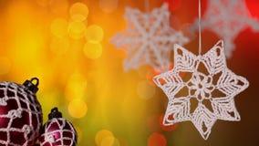 Decoraciones de la Navidad contra luces borrosas del centelleo rápido almacen de video