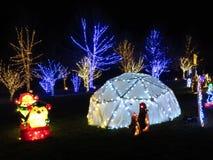 Decoraciones de la Navidad de Polo Norte en la noche foto de archivo libre de regalías