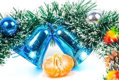 Decoraciones de la Navidad, del Año Nuevo y rebanadas de la mandarina Imagenes de archivo