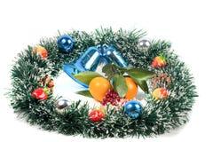 Decoraciones de la Navidad, del Año Nuevo y rebanadas de la mandarina Fotografía de archivo