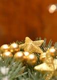 Decoraciones de la Navidad del oro foto de archivo