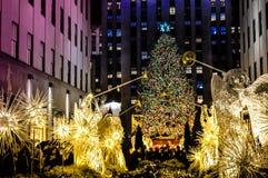 Decoraciones de la Navidad delante del centro de Rockefeller en Manhattan, NYC, los E.E.U.U. foto de archivo libre de regalías