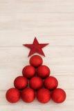 Decoraciones de la Navidad dispuestas en forma del árbol Imagen de archivo