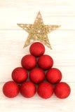 Decoraciones de la Navidad dispuestas en forma del árbol Imagen de archivo libre de regalías