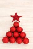 Decoraciones de la Navidad dispuestas en forma del árbol Foto de archivo