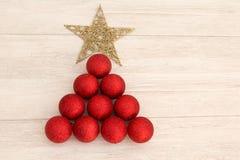 Decoraciones de la Navidad dispuestas en forma del árbol Foto de archivo libre de regalías