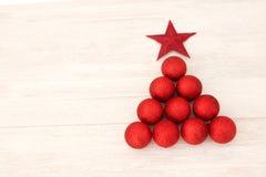 Decoraciones de la Navidad dispuestas en forma del árbol Fotografía de archivo libre de regalías