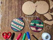 Decoraciones de la Navidad de DIY del papel de la cartulina Fotos de archivo