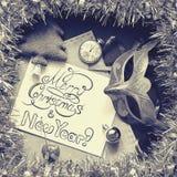 Decoraciones de la Navidad e inscripción caligráfica congratulatoria en el marco de la malla Fotos de archivo
