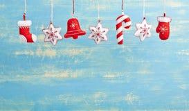 Decoraciones de la Navidad de la ejecución y del Año Nuevo en una parte posterior de madera azul Foto de archivo