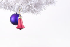 Decoraciones de la Navidad en árbol de los cristmas Foto de archivo libre de regalías