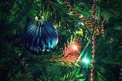 Decoraciones de la Navidad en árbol de Navidad Imagenes de archivo