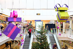 Decoraciones de la Navidad en alameda de compras Imagenes de archivo