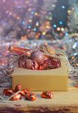 Decoraciones de la Navidad en caja Imágenes de archivo libres de regalías