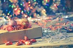 Decoraciones de la Navidad en caja Fotos de archivo