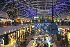 Decoraciones de la Navidad en centro comercial Imágenes de archivo libres de regalías