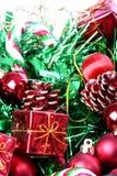 Decoraciones de la Navidad en cesta Foto de archivo