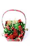 Decoraciones de la Navidad en cesta Fotos de archivo