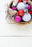 Decoraciones de la Navidad en cesta Imagenes de archivo