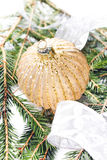 Decoraciones de la Navidad en cierre del fondo del árbol de abeto para arriba. Imagen de archivo libre de regalías