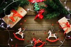 Decoraciones de la Navidad en colores rojos y verdes tradicionales Fotografía de archivo libre de regalías