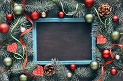 Decoraciones de la Navidad en la disposición verde y roja, plana con el SP del texto Fotos de archivo
