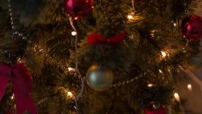 Decoraciones de la Navidad en el árbol de navidad almacen de metraje de vídeo