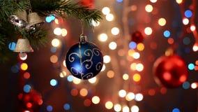 Decoraciones de la Navidad en el árbol, rama, fondo del bokeh, fuera de la parte posterior defocused de las luces del foco, del e almacen de video