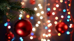 Decoraciones de la Navidad en el árbol, rama, fondo del bokeh, fuera de la parte posterior defocused de las luces del foco, del e almacen de metraje de vídeo