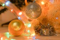 Decoraciones de la Navidad en el abeto de las ramas Foto de archivo