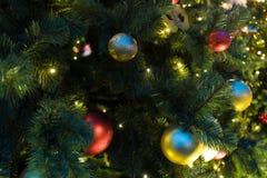 Decoraciones de la Navidad en el abeto de las ramas Foto de archivo libre de regalías