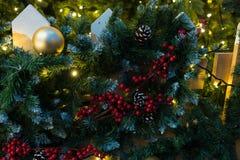 Decoraciones de la Navidad en el abeto de las ramas Imágenes de archivo libres de regalías