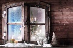 Decoraciones de la Navidad en el cristal de ventana de madera Fotografía de archivo
