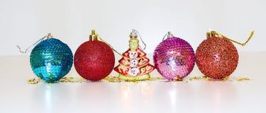 Decoraciones de la Navidad en el fondo blanco El árbol de navidad juega bolas Tema de Navidad Año Nuevo Fotografía de archivo libre de regalías