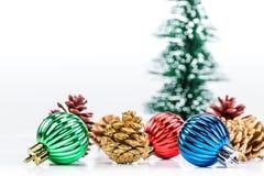 Decoraciones de la Navidad en el fondo blanco fotos de archivo