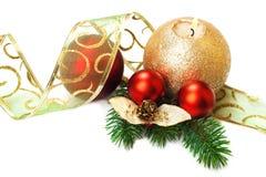 Decoraciones de la Navidad, en el fondo blanco. Fotografía de archivo