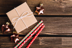 Decoraciones de la Navidad en el fondo de madera Fotografía de archivo libre de regalías