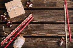 Decoraciones de la Navidad en el fondo de madera Fotografía de archivo