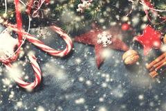 Decoraciones de la Navidad en el fondo oscuro, estilo retro del vintage W Fotografía de archivo
