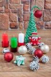 Decoraciones de la Navidad en el fondo de una pared de piedra Imagen de archivo libre de regalías