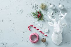Decoraciones de la Navidad en el gris - tablero del humor del invierno Foto de archivo