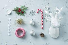 Decoraciones de la Navidad en el gris - tablero del humor del invierno Imagen de archivo