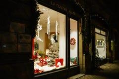 Decoraciones de la Navidad en escaparate de la ventana de tienda Imagen de archivo