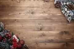 Decoraciones de la Navidad en fondo de madera Foto de archivo libre de regalías