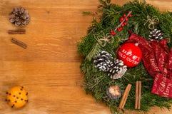 Decoraciones de la Navidad en fondo de madera con el mensaje: Bebé él foto de archivo