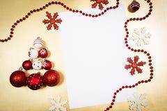 Decoraciones de la Navidad en fondo de oro Imágenes de archivo libres de regalías