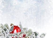 Decoraciones de la Navidad en fondo del hielo de la nieve imagen de archivo libre de regalías